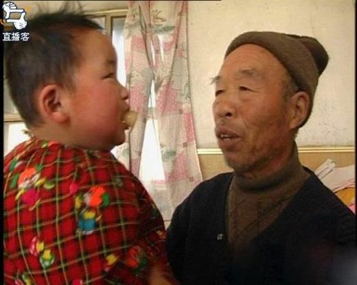 Vì bú sữa trực tiếp nên bé được ông nội trang bị cho một chiếc vú giả để khỏi mất vệ sinh.