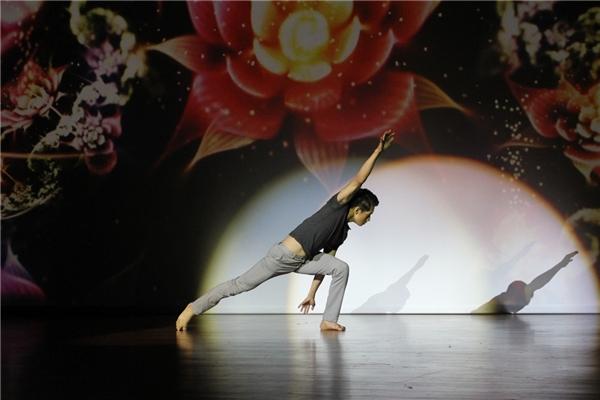 Bên cạnh vai trò cho điểm và nhận xét các phần thi của các bạn sinh viên, Quang Đăng còn trình diễn hai tiết mục nhảy với hai thể loại sở trường là múa đương đại và hip hop. - Tin sao Viet - Tin tuc sao Viet - Scandal sao Viet - Tin tuc cua Sao - Tin cua Sao