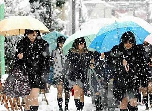Dù là trong mùa đông lạnh giá, nữ sinh Nhật Bản vẫn mặc váy ngắn đến trường. (Ảnh: Internet)