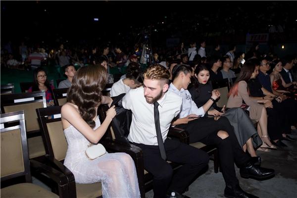 Người đẹp còn ân cần giúp bạn nhảy cởi áo vest ngay trong sự kiện, trước sự chứng kiến của nhiều người. - Tin sao Viet - Tin tuc sao Viet - Scandal sao Viet - Tin tuc cua Sao - Tin cua Sao