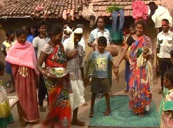 Gia đình Mukesh tin rằng, con chó sẽ xua đuổi tà ma vây quanh cậu bé.