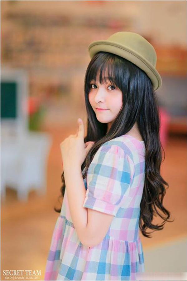 Cô nàng tên đầy đủ làCao Ngọc Phương Anh, sinh năm 1995, là sinh viên khoa Quản trị Kinh doanh, Đại học Quốc tế - Đại học Quốc gia TP HCM.