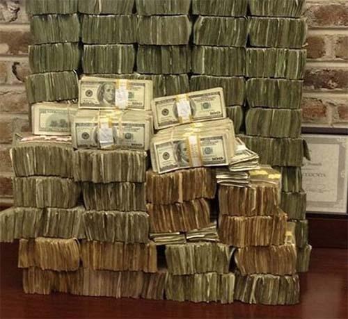 Bức ảnh khiến dân mạng cho rằng, số tiền họ kiếm được không chính đáng