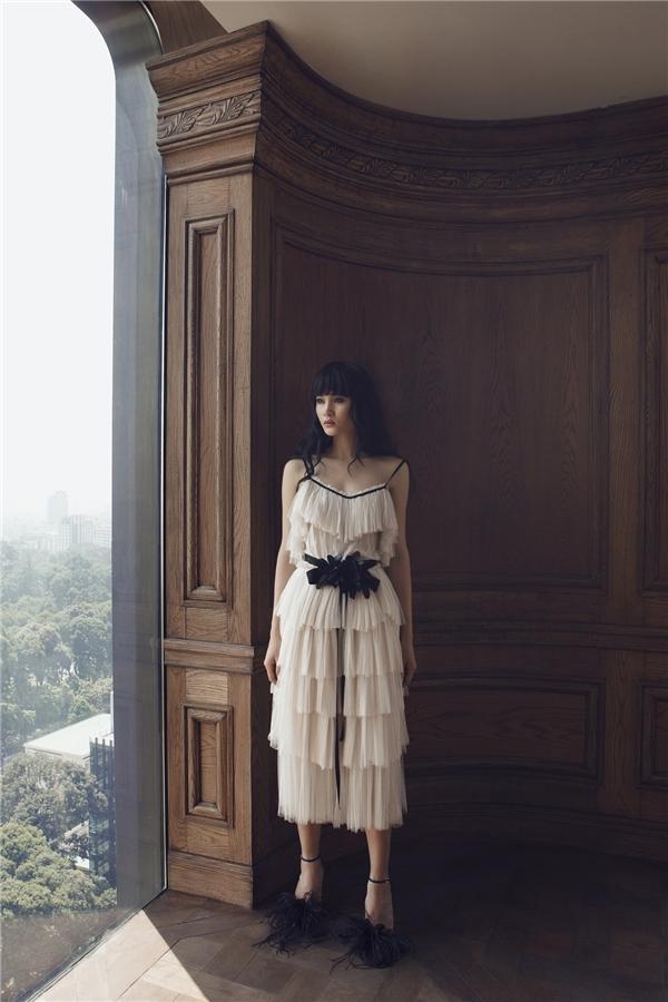Trong bộ sưu tập Xuân - Hè 2016, Lâm Gia Khang hướng đến người phụ nữ đang yêu với những cung bậc cảm xúc mong manh, nhẹ nhàng nhưng vô cùng sâu lắng, da diết.