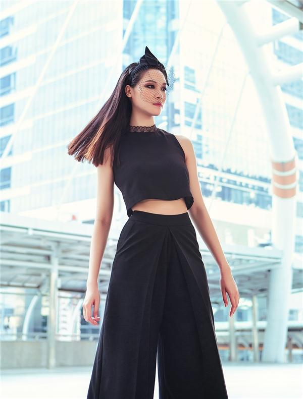 Với chiếc áo crop-top cùngquần culottes tông xuyệt tôngThùy Dung nom hệt như một tín đồ fashionista thực thụ: phóng khoáng, trẻ trung, cá tính, gợi cảm.
