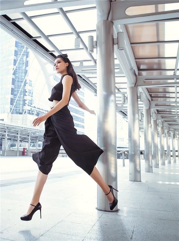 Sử dụng lụa, tơ cao cấp kết hợp cùng chất liệu tafta các nhà thiết kế đã giúp Hoa hậu Việt Nam 2008 giữ được sự bay bổng, lãng mạn khi khoác lên mình.