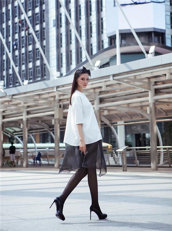 Trong bộ hình thời trang mới nhất này, Thùy Dung sử dụng những gam màu cổ điển với những mảng màu trắng đen đối lập.