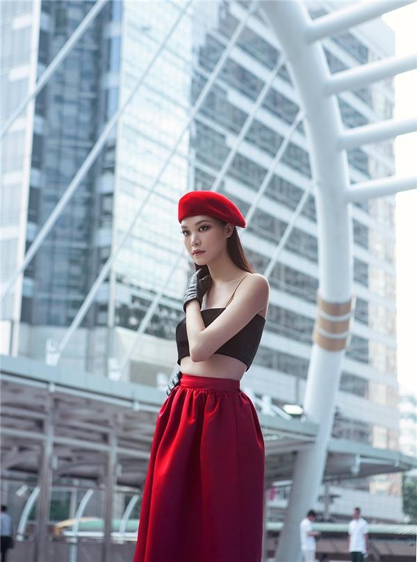 Hoa hậu Việt Nam 2008 khoe vai trần gợi cảm khi khoác lên mình chiếc áo hai dây xinh xắn.Người đẹp đã tạo điểm nhấn bằng chiếc váy phom dáng có nếp gấp hiện đại tạo hiệu ứng thị giác.