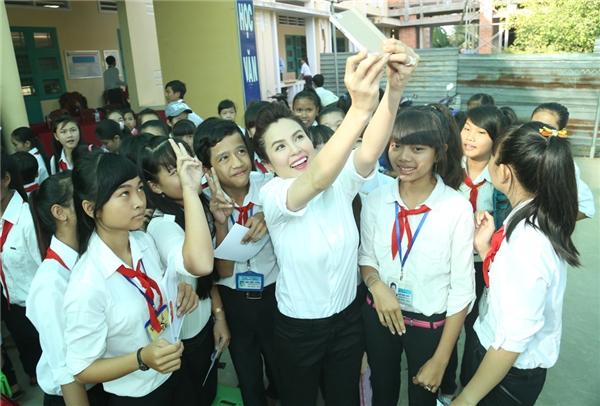 Giây phút cô thoải mái chụp hình cùng các bạn học sinh.