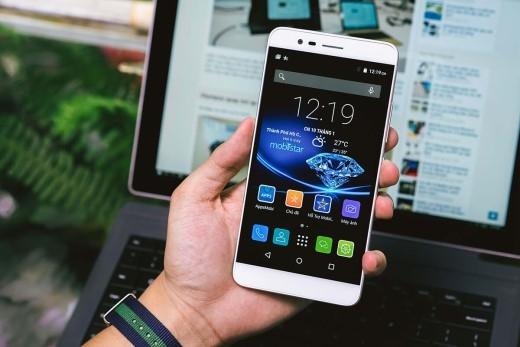 Smartphone lấy nét nhanh, cấu hình mạnh hút nghìn người đặt mua