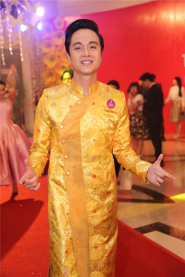 """Nhật TinhAnh """"nổi bần bật"""" giữa dàn sao nam khi chọn trang phục áo dài cách tân vô cùng chói lóa. - Tin sao Viet - Tin tuc sao Viet - Scandal sao Viet - Tin tuc cua Sao - Tin cua Sao"""
