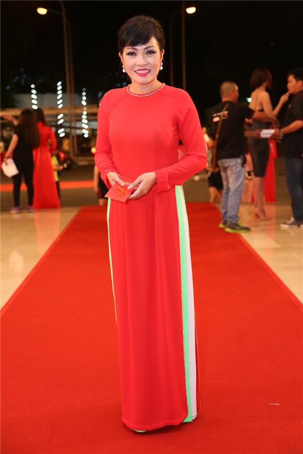 Trong một dịp đặc biệt như thế này, áo dài là trang phục được rất nhiều nghệ sĩ nữ lựa chọn, bởi không cần quá phô trương, chỉ cần là một tà áo dài đỏ rực như thế này cũng đủ khiếnPhương Thanh nổi bật hơn rất nhiều. - Tin sao Viet - Tin tuc sao Viet - Scandal sao Viet - Tin tuc cua Sao - Tin cua Sao