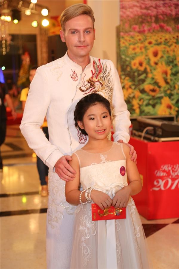 Kyo York diện áo dài rực rỡ đến cùng bé Uyên Nhi. - Tin sao Viet - Tin tuc sao Viet - Scandal sao Viet - Tin tuc cua Sao - Tin cua Sao