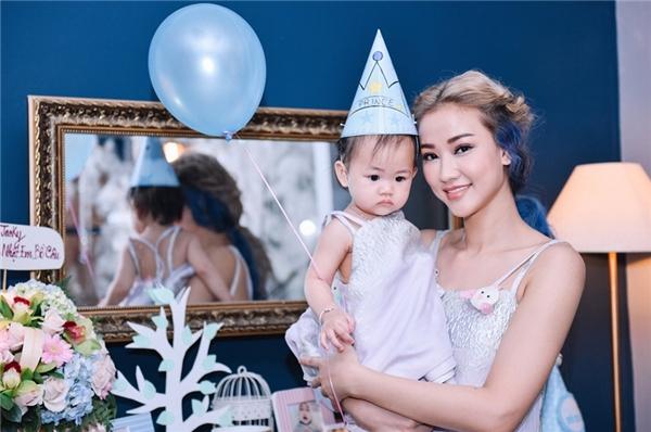 Thiên thần nhỏ Bồ Câu e thẹn chụp hình cùng mẹ. - Tin sao Viet - Tin tuc sao Viet - Scandal sao Viet - Tin tuc cua Sao - Tin cua Sao