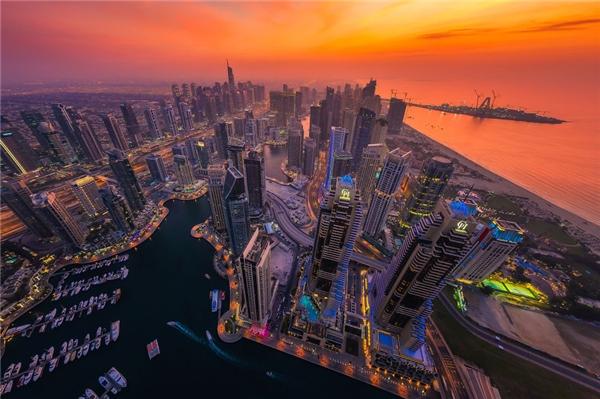 Một buổi chiều ở Dubai, hoàng hôn rải đều lênsự ngay ngắn,trật tự và lộng lẫytrong kiến trúc đô thị.(Ảnh: Bored Panda)
