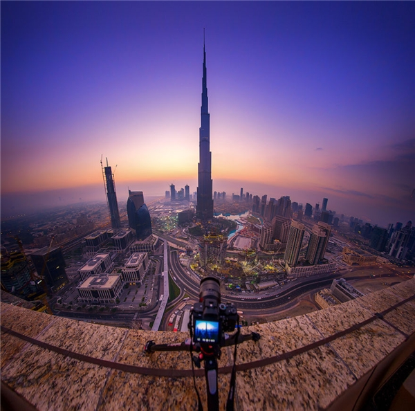 Tòa nhà cao nhất Dubai thoáng mơ hồ lại pha chút huyền bí như sắp tan biến.(Ảnh: Bored Panda)