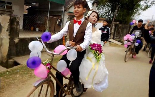 Chú rể trong đám cưới là Trần Đình Quang sinh năm 1993, hiện đang sinh sống tại Nam Đàn, Nghệ An. Chia sẻ về đám cưới thú vị của mình, anh cho biết do khoảng cách giữa nhà trai và nhàgái khá gần nên anh quyết định làm điều gì đó khác biệt và ấn tượng. Chính vì vậy gia đình nhà trai đã dùng xe đạp đểrước dâu. Nhiều người tại đám cưới cho biết, cô dâu cũng rất giản dị, cô đi dép tổ ong và trên môi luôn nở nụ cười vô cùng dễ thương. (Ảnh: Internet)