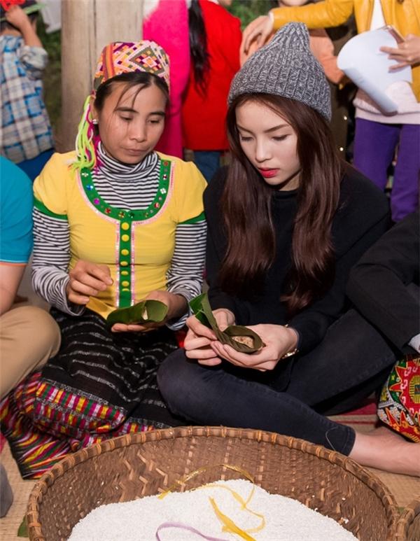 Sau khi nghe hướng dẫn của người dân, Kỳ Duyên đã nhanh chóng thành thạo cách gói bánh chưng truyền thống của người Thái. - Tin sao Viet - Tin tuc sao Viet - Scandal sao Viet - Tin tuc cua Sao - Tin cua Sao
