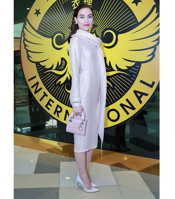 Trước đó, Hồ Ngọc Hà cũng nhiều lần mang chiếc túi này khi diện trang phục đồng điệu về tông hồng ngọt ngào, trẻ trung.