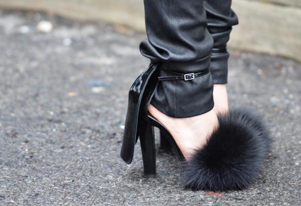 Nếu như trong những tháng cuối năm vừa qua, áo khoác lông, khăn choàng lông đã khá được yêu thích thì trong những ngày đầu năm nay giày cao gót, sandal đính lông bất ngờ xuất hiện trong tủ đồ của nhiều fashionista hàng đầu thế giới.