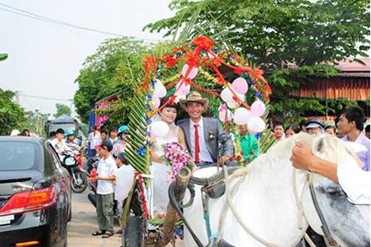 Đám cưới được tổ chức vào sáng ngày 5/10 vừa qua, tại Thôn Bái Đồng, xã Quảng Long, huyện Quảng Xương, tỉnh Thanh Hóa. Chú rểkhiến mọi người ngỡ ngàng trước cách rước dâu lạ lẫm. Xe rước dâu được trang trí bằng lá dừa và bong bóng đậm chất làng quê. (Ảnh: Internet)