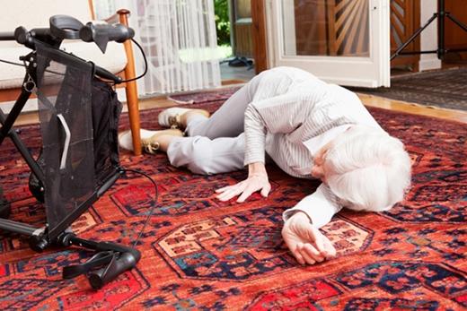 Người cao tuổi có thể bị ngã vì choáng khi vừa đứng dậy, dẫn đến những chấn thương nghiêm trọng khác. (Ảnh: Internet)