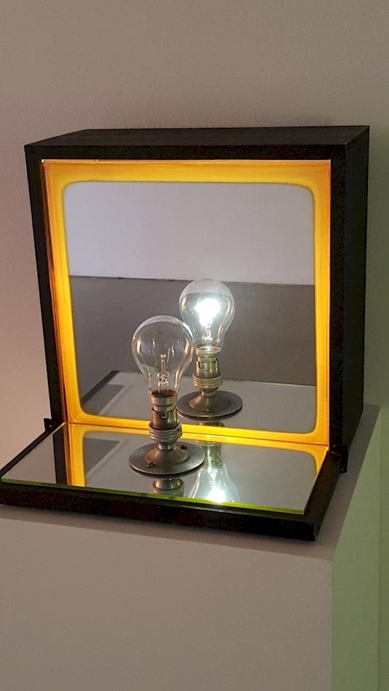 """Một hiện tượng """"ma"""" hiếm có khó tìm: tuy bóng đèn đã tắt nhưng hình ảnh phản chiếu của nó vẫn sáng.(Ảnh: Diply)"""