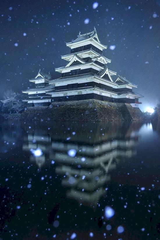 Hình ảnh phản chiếu của lâu đài Matsumoto, Nhật Bản nổi bật giữa tấm gươngđen khổng lồ là mặt nước trong đêmvà tuyết trắng.(Ảnh: Diply)