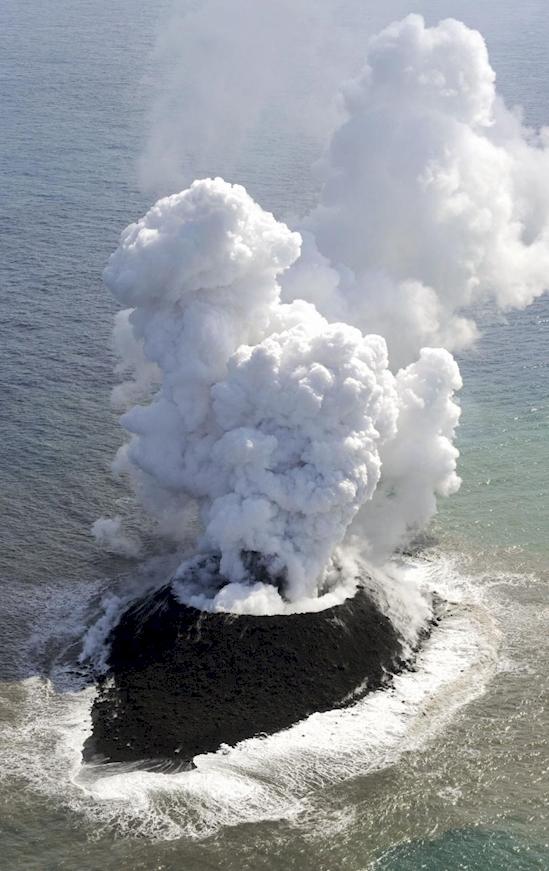 Ngọn núi lửa nằm đơn độc ngoài khơi xa của Nhật Bản.(Ảnh: Diply)