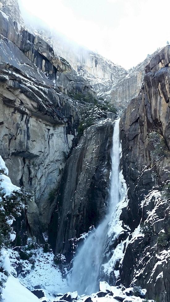 Bên dưới chân dòng thác hùng vĩ ở vườn quốc gia Yosemite này không hề có nước mà hoàn toàn là tuyết trắng.(Ảnh: Diply)