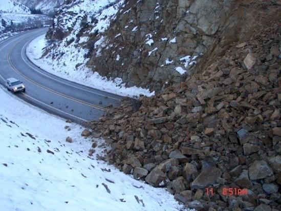 Núi lở nặng nề gây cản trở giao thông ở bang Washington.(Ảnh: Diply)