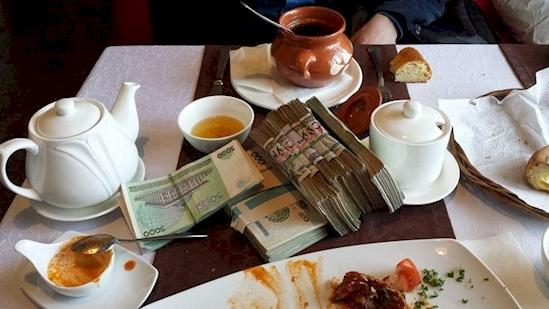 Núi tiền này được dùng để trả… một bữa trưa ở Uzbekistan. Thật ra, giá trị của bữa trưa này không hề đắt, chẳng qua giá trị của tiền Uzbekistan quá thấp.(Ảnh: Diply)