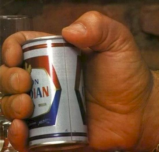 """Lon bia 300ml nằm lọt thỏm trong lòng bàn tay một người """"khổng lồ"""".(Ảnh: Diply)"""