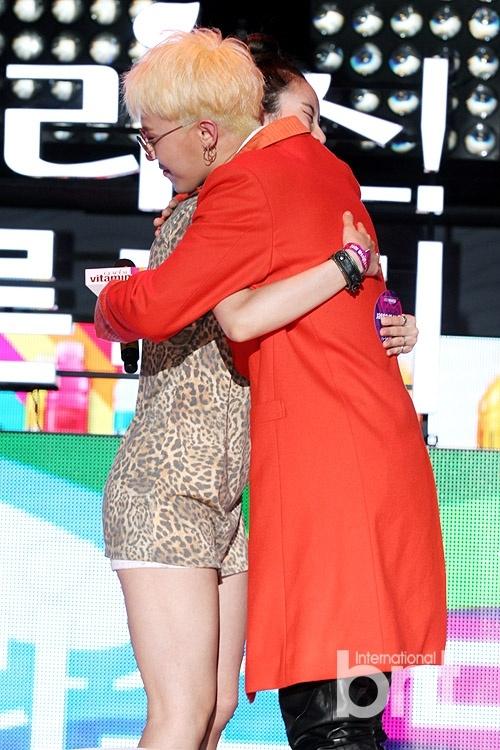 Ẩn sau vẻ ngoài khó gần, G-Dragon là ngôi sao chiều fan hết cỡ