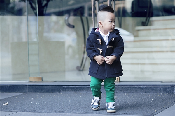 Nhóc tì 2 tuổi có gu thời trang chất miễn chê