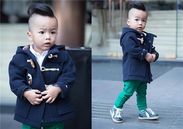 Nhóc tì 2 tuổi trông cá tính với áo sơ mi trắng kết hợp quần jeans tông xanh bạc hà dịu mát. Tổng thể trở nên ấn tượng, sang trọng hơn nhờ chiếc áo khoác nỉ tông xanh đen.
