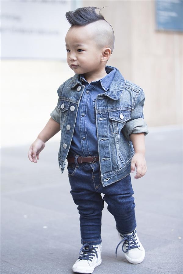 """Chất jeans denim luôn mang đến vẻ ngoài cá tính, bụi bặm cho người mặc. Mặc dù chỉ mới 2 tuổi nhưng bé Nhím vẫn rất ra """"chất"""" với cách phối trang phục tông xuyệt tông. Tất cả trang phục của nhím đều được nhà thiết kế Đỗ Mạnh Cường chọn mua trong những lần ra nước ngoài."""
