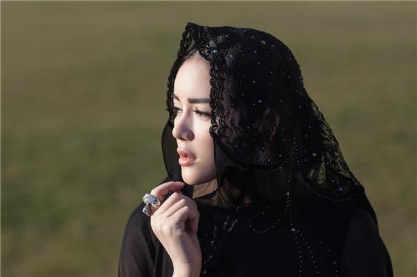 Nữ diễn viên Mùa hè lạnh tái hiện hình ảnh của những quý cô cổ điển với nét đẹp thanh lịch, dịu dàng cùng chút vấn vương, khắc khoải trong tâm hồn.