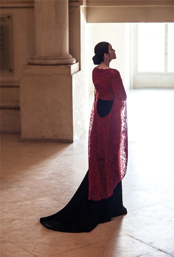 Lý Nhã Kỳ thả dáng quyến rũ trong thiết kế đuôi cá ôm sát kết hợp hai tông màu đỏ, đen kinh điển. Phần áo choàng cape cũng được cách điệu độc đáo bởi những đường cắt khoét tinh tế. Đây là bộ trang phục mà Lý Nhã Kỳ từng diện trên thảm đỏ Liên hoan Phim Cannes vào trung tuần tháng 5/2015.