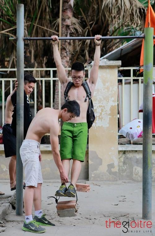 Nhóm bạn trẻ dùng gạch để luyện body 6 múi