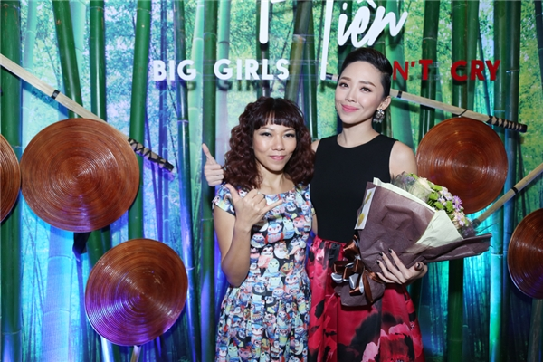 Nữ ca sĩ Trần Thu Hà cũng dành tặng bó hoa tươi thắm thay cho lời chúc mừng cô em gái. - Tin sao Viet - Tin tuc sao Viet - Scandal sao Viet - Tin tuc cua Sao - Tin cua Sao