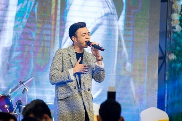 Soobin Hoàng Sơncũng hát tặng Ứng Kiên - Mạc Huyềntrong đám cưới. (Ảnh: Hiển Linh)