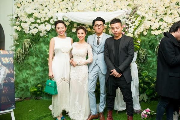 Tóc Tiên - Touliverchụp ảnh cùng cô dâu chú rể. (Ảnh: Hiển Linh)