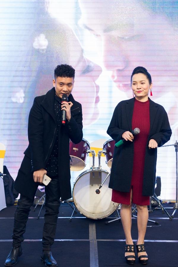 Justa Tee - Đoàn Thùy Trangthể hiện ca khúc Tình yêu màu nắng.(Ảnh: Hiển Linh)