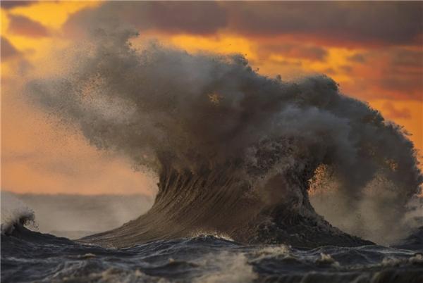 """Dave Sandford đã mạo hiểm làm một việc mình chưa từng làm trước đây: chụp những đợt sóng kinh khủng ở hồ Erie. """"Mọi thứ diễn ra rất nhanh, như trong một chớp mắt thôi"""" – Sandford nói.(Ảnh: Dave Sandford)"""