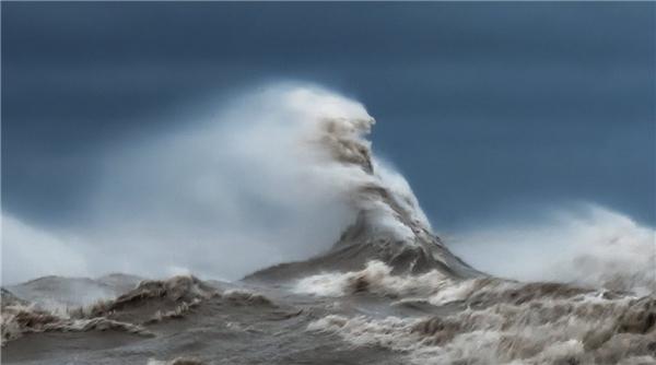 Anh cẩn thận kiểm tra và quan sát tình hình nước hồ trong nửa tiếng, như nơi nào những đợt sóng vỗ vào, nước di chuyển theo chiều nào…(Ảnh: Dave Sandford)