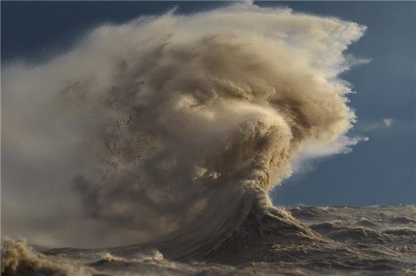 Trong quá trình thực hiện, Sandfordbị thương nhẹ. Một con sóng lớn có thể ập vào bờ và nuốt chửng anh. (Ảnh: Dave Sandford)