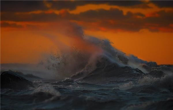 """""""Rõ ràng trường hợp xấu nhất là bị chết đuối"""" – anh nói. """"Tôi luôn cố gắng tự tin vào khả năng của mình nhưng cũng không quá chủ quan. Những con sóng có thể hại tôi bất cứ lúc nào"""". (Ảnh: Dave Sandford)"""