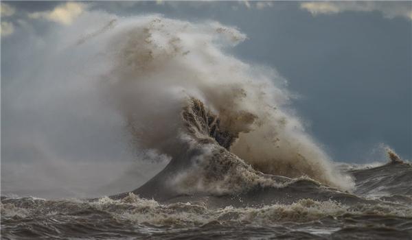Khi nước hồ có vẻ quá dữ dằn, Sandford quay vào bờ và dùng ống kính có thể chụp từ cự li xa.(Ảnh: Dave Sandford)