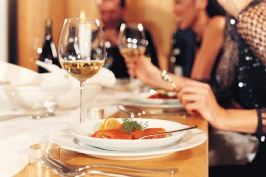 """Hai đất nước này có một điểm chung trong phong cách uống là họ cực kì """"kị"""" việc để tay dưới gầm bàn khi ăn vì cho đó là hành động đáng ngờ. Cách hợp lí hơn cả là hãy luôn đặt tay trên bàn khi thưởng thức món ăn. (Ảnh: Internet)"""